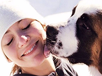 Безопасно ли позволять собаке вылизывать лицо?